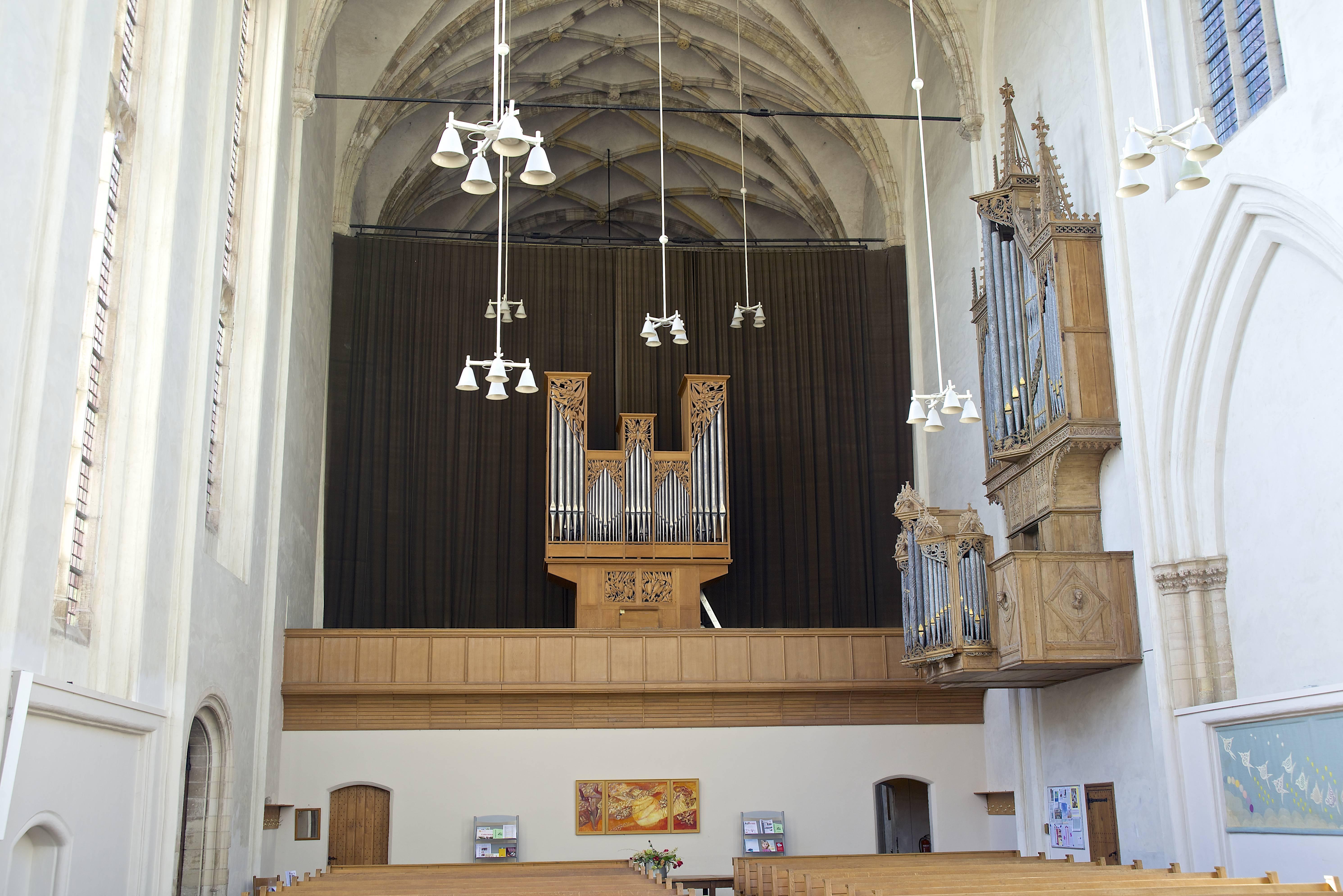 Op het oksaal het Van Vulpen-orgel uit 1969. Rechts aan de muur de kas van het Peter Gerritsz-orgel uit 1479 (bovenwerk) en 1547 (rugpositief).