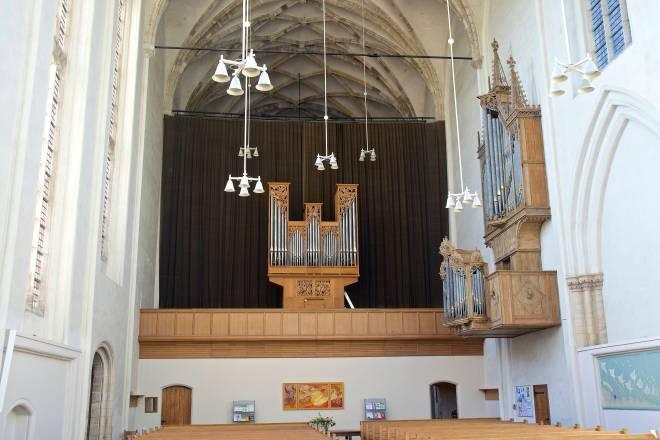 Koorkerk: op het doksaal het Van Vulpen-orgel uit 1969. Rechts aan de muur de kas van het Peter Gerritsz-orgel uit 1479 (bovenwerk) en 1547 (rugpositief).