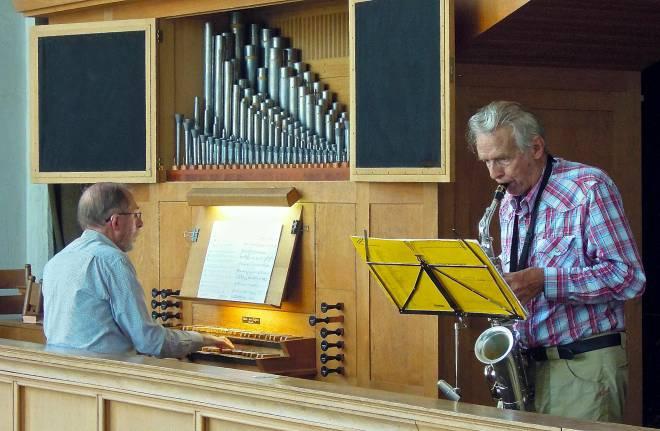 Adri Karman en Rinus Goedhart tijdens hun miniconcert in 2012