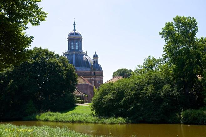 Over het Veerse Bolwerk heen zicht op de imposante Oostkerk, die vanaf medio 2015 geen Godshuis meer zal zijn.