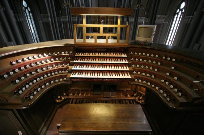 De speeltafel van het Walcker-Sauer orgel in de Marktkirche te Wiesbaden