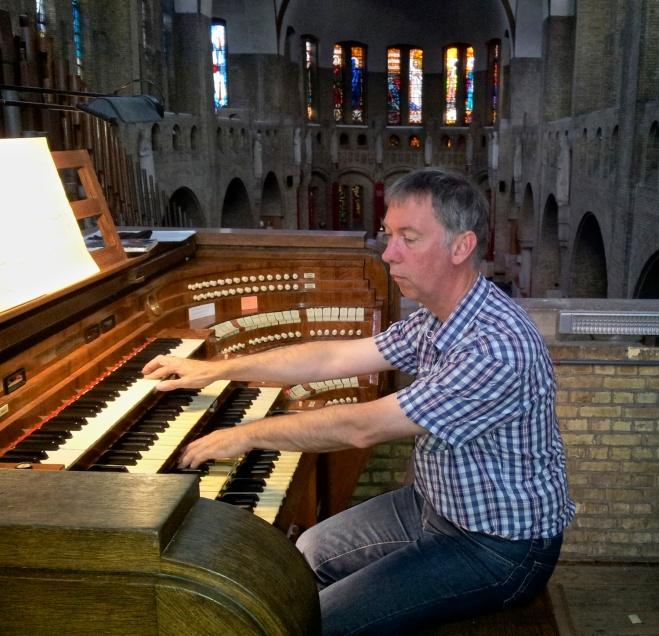 Jan-Sjoerd van der Vaart aan het orgel van de Christus Koningkerk in Antwerpen