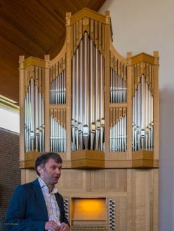 Jan Wisse bij het orgel in Aagtekerke waarvan hij de vaste bespeler is.